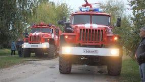 Οδός Efremovskay, Mtsensk, Ρωσία, 2017 05 10 Εκδοτικός - καταστροφή Εργασία πυροσβεστικών οχημάτων για την πυρκαγιά απόθεμα βίντεο