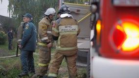 Οδός Efremovskay, Mtsensk, Ρωσία, 2017 05 10 Εκδοτικός - καταστροφή Εργασία πυροσβεστικών οχημάτων για την πυρκαγιά φιλμ μικρού μήκους