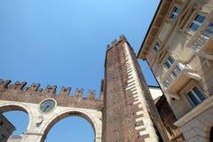 Οδός Porta Nuova Corso και μεσαιωνικός στηθόδεσμος della του Γκέιτς Portoni στο στηθόδεσμο πλατειών στη Βερόνα στοκ εικόνα με δικαίωμα ελεύθερης χρήσης