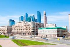 Οδός Prospekt Kutuzovsky κατά τη διάρκεια της μεσημβρίας με τη νέα διεθνή οικονομική περιοχή πολυόροφων κτιρίων στο υπόβαθρο Στοκ Εικόνες