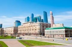 Οδός Prospekt Kutuzovsky, νέα διεθνής οικονομική περιοχή πολυόροφων κτιρίων στο υπόβαθρο Στοκ εικόνες με δικαίωμα ελεύθερης χρήσης