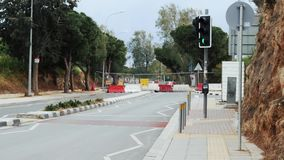 Οδόφραγμα μπροστά Δρόμος κάτω από την κατασκευή που εμποδίζεται από τα εμπόδια με τους φωτεινούς σηματοδότες και τον άσπρο κόκκιν απόθεμα βίντεο