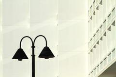 Οδών λαμπτήρων συγκεκριμένα κτήρια υποβάθρου σύγχρονου σχεδίου μοντέρνα με τα μπαλκόνια στοκ φωτογραφία με δικαίωμα ελεύθερης χρήσης