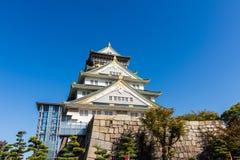 Οζάκα Castle με τον όμορφο μπλε ουρανό στην πόλη της Οζάκα, Ιαπωνία Στοκ εικόνες με δικαίωμα ελεύθερης χρήσης