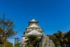 Οζάκα Castle με τον όμορφο μπλε ουρανό στην πόλη της Οζάκα, Ιαπωνία Στοκ Φωτογραφία