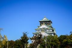 Οζάκα Castle με τον όμορφο μπλε ουρανό στην πόλη της Οζάκα, Ιαπωνία Στοκ φωτογραφία με δικαίωμα ελεύθερης χρήσης
