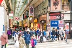 ΟΖΑΚΑ, ΙΑΠΩΝΙΑ - 19 ΝΟΕΜΒΡΊΟΥ 2016: Ομάδα των ανθρώπων που περπατούν στο shopp Στοκ Φωτογραφίες