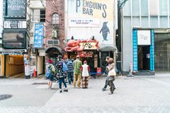 ΟΖΑΚΑ, ΙΑΠΩΝΙΑ - 19 ΝΟΕΜΒΡΊΟΥ 2016: Ομάδα των ανθρώπων που περπατούν στο shopp Στοκ εικόνες με δικαίωμα ελεύθερης χρήσης