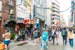 ΟΖΑΚΑ, ΙΑΠΩΝΙΑ - 19 ΝΟΕΜΒΡΊΟΥ 2016: Ομάδα των ανθρώπων που περπατούν στο shopp Στοκ Φωτογραφία