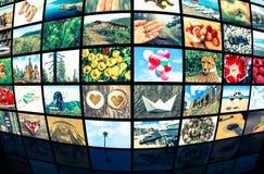 Οθόνες που διαμορφώνουν έναν μεγάλο τηλεοπτικό τοίχο ραδιοφωνικής μετάδοσης πολυμέσων Στοκ Φωτογραφία