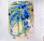 Οθόνη ακτίνας X που πυροβολείται ενός συνόλου τσαντών καροτσακιών του καλωδίου και της ηλεκτρονικής Στοκ Φωτογραφίες