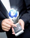 οθόνη αφής χεριών κινητή Στοκ φωτογραφίες με δικαίωμα ελεύθερης χρήσης