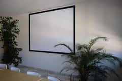 Οθόνη για τον τηλεοπτικό προβολέα στην αίθουσα συνεδριάσεων στοκ εικόνα
