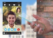 Οθόνη γυαλιού εκμετάλλευσης χεριών με την κοινωνική τηλεοπτική App συνομιλίας διεπαφή Στοκ Φωτογραφία