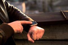 Οθόνη επαφής Smartwatch που χρησιμοποιεί σε διαθεσιμότητα το smartwatch του app Στοκ Εικόνες