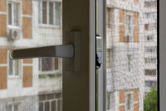 Οθόνη κουνουπιών σε ένα παράθυρο Στοκ φωτογραφία με δικαίωμα ελεύθερης χρήσης