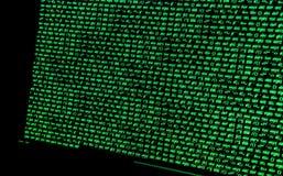 Οθόνη με crypto τον κώδικα νομίσματος, πράσινα digitals Στοκ Εικόνες