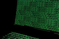 Οθόνη με crypto τον κώδικα νομίσματος, πράσινα digitals Στοκ φωτογραφίες με δικαίωμα ελεύθερης χρήσης