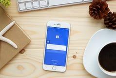 Οθόνη που πυροβολείται των εικονιδίων Facebook στο iPhone 6 της Apple Στοκ Φωτογραφία
