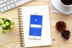 Οθόνη που πυροβολείται των εικονιδίων Facebook στο iPhone 6 της Apple Στοκ φωτογραφία με δικαίωμα ελεύθερης χρήσης