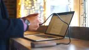 Οθόνη φορητών προσωπικών υπολογιστών που συνδέει με το μαύρο εξωτερικό σκληρό δίσκο, με την εκλεκτική εστίαση απόθεμα βίντεο