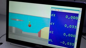Οθόνη CNC της μηχανής με το ψηφιακές πρότυπο και τις παραμέτρους σε ένα εργαστήριο του εργοστασίου, άποψη κινηματογραφήσεων σε πρ φιλμ μικρού μήκους