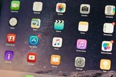 Οθόνη iOS της μουσικής της Apple επίδειξης συσκευών στη μέση Στοκ φωτογραφία με δικαίωμα ελεύθερης χρήσης