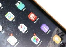Οθόνη iOS της συσκευής που στρέφεται στη μουσική της Apple που απομονώνεται Στοκ Εικόνα