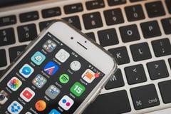 Οθόνη iPhone της Apple 6S με App τον κατάλογο Στοκ Εικόνες