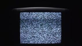 Οθόνη TV επάνω τη νύχτα με έναν άσπρο θόρυβο απόθεμα Στατικός θόρυβος στην παλαιά οθόνη TV στο σκοτάδι φιλμ μικρού μήκους