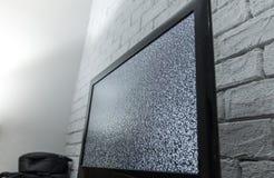 Οθόνη TV με την επίδραση θορύβου glitcher Κανένα σήμα ή καμία έννοια επικοινωνίας με το innterior αγροτικού ή ύφους σοφιτών Στοκ φωτογραφία με δικαίωμα ελεύθερης χρήσης