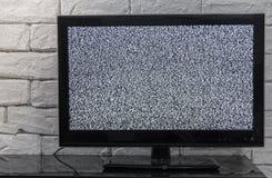 Οθόνη TV με την επίδραση θορύβου glitcher Κανένα σήμα ή καμία έννοια επικοινωνίας με το innterior αγροτικού ή ύφους σοφιτών Στοκ Εικόνες