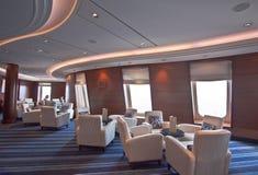 Οικείο κομψό σαλόνι στο σκάφος της γραμμής κρουαζιέρας πολυτέλειας Στοκ φωτογραφίες με δικαίωμα ελεύθερης χρήσης