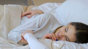 Οικείο κρεβάτι τρυφερότητας σχέσης αγάπης ζεύγους απόθεμα βίντεο