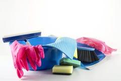 Οικιακά εργαλεία ανοιξιάτικου καθαρισμού, πλαστικό κύπελλο με τα λαστιχένια γάντια Στοκ φωτογραφίες με δικαίωμα ελεύθερης χρήσης