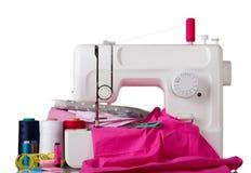 Οικιακή ράβοντας μηχανή και βοηθητικό σύνολο που απομονώνονται στο λευκό στοκ εικόνες