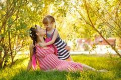 Οικογένεια Έγκυες μητέρα και κόρη στο πάρκο Στοκ Εικόνες