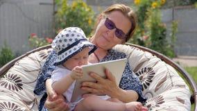 οικογένεια έννοιας ευτ& Γιαγιά με την εγγονή απόθεμα βίντεο