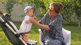 οικογένεια έννοιας ευτ& Γυναίκα και παιδί παλαιότερος νεώτερος όμορφες κυρίες απόθεμα βίντεο