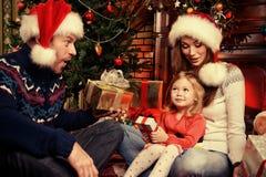 οικογένεια ανασκόπησης που απομονώνεται άσπρος χειμώνας Στοκ Φωτογραφίες