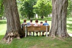 Οικογένεια από πίσω με τα μεγάλα δέντρα στοκ φωτογραφία με δικαίωμα ελεύθερης χρήσης