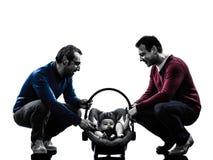 Οικογένεια ατόμων γονέων ομοφυλοφίλων με τη σκιαγραφία μωρών Στοκ φωτογραφία με δικαίωμα ελεύθερης χρήσης