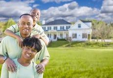 Οικογένεια αφροαμερικάνων μπροστά από το όμορφο σπίτι Στοκ φωτογραφία με δικαίωμα ελεύθερης χρήσης