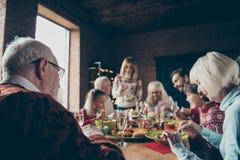 Οικογένεια βραδιού Noel που συλλέγει, συνάντηση Γκρίζος-μαλλιαροί παππούδες και γιαγιάδες στοκ εικόνα με δικαίωμα ελεύθερης χρήσης