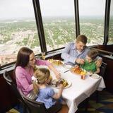 οικογένεια γευμάτων Στοκ εικόνα με δικαίωμα ελεύθερης χρήσης