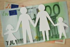 Οικογένεια εγγράφου που αποκόπτει στα ευρο- τραπεζογραμμάτια - έννοια οικογενειακών προϋπολογισμών Στοκ Φωτογραφία