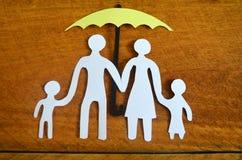 Οικογένεια εγγράφου που προστατεύεται από μια ομπρέλα Στοκ Εικόνες