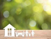 Οικογένεια εγχώριων αυτοκινήτων στον ξύλινο πίνακα υγειονομική περίθαλψη διαβεβαίωσης έννοιας στοκ εικόνες