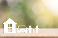 Οικογένεια εγχώριων αυτοκινήτων στον ξύλινο πίνακα υγειονομική περίθαλψη διαβεβαίωσης έννοιας στοκ φωτογραφίες με δικαίωμα ελεύθερης χρήσης