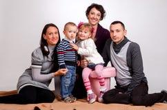 οικογένεια ευτυχής Γυναίκες μητέρων και μικρών κοριτσιών και αγοριών παιδιών sittin Στοκ Εικόνες